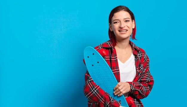 Rood haar coole vrouw met een skate board
