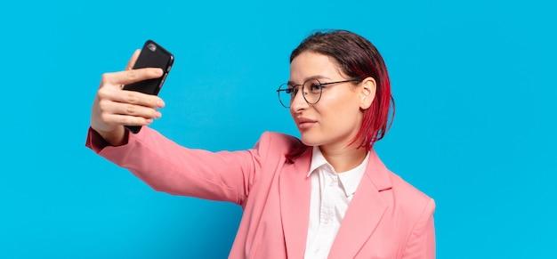 Rood haar koele vrouw met een slimme telefoon
