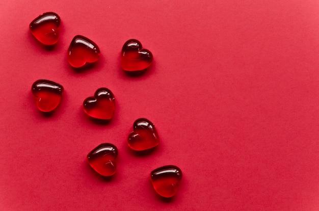 Rood hart collectie op tafel