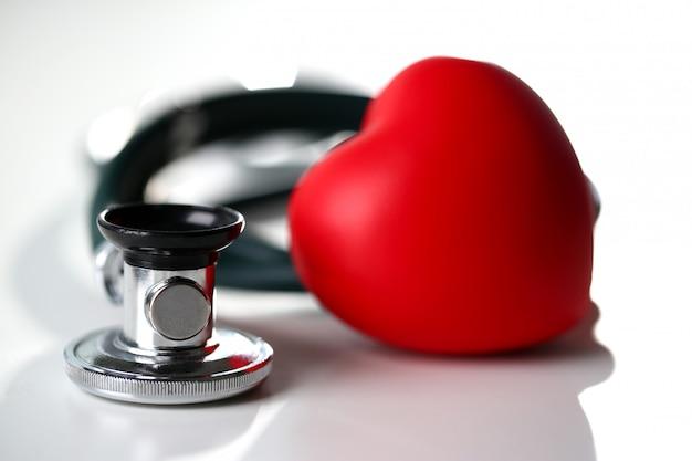 Rood hart en een stethoscoop op een wit