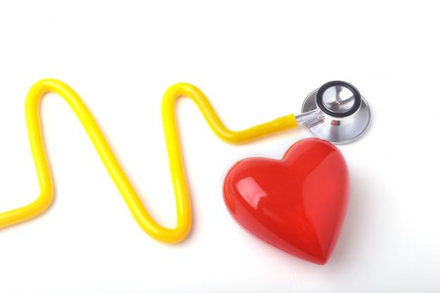Rood hart en een stethoscoop op witte achtergrond