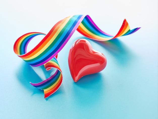 Rood hart en gekrulde regenboog lint. tekst