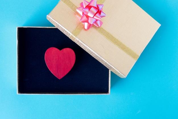 Rood hart en geschenkdoos liefde en valentijnsdag concept