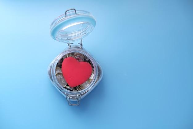Rood hart en munten in een pot