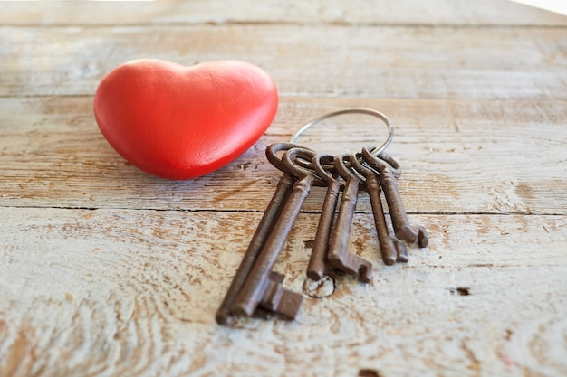 Rood hart en sleutels op houten