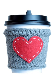 Rood hart gebreide koffiekop gezellig geïsoleerd