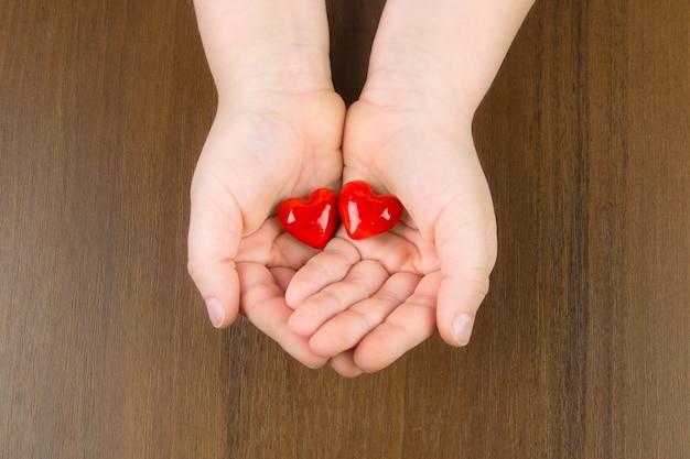 Rood hart in de handen van kinderen