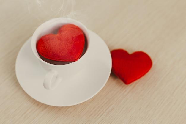 Rood hart in de koffiekopmok voor liefde om elk concept een kopje koffie te drinken.