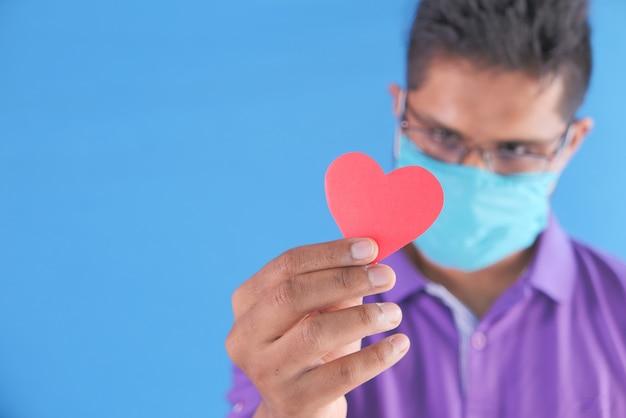 Rood hart in handen, schenkt of liefdadigheidsconcept