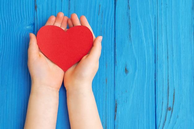 Rood hart in kinderhanden