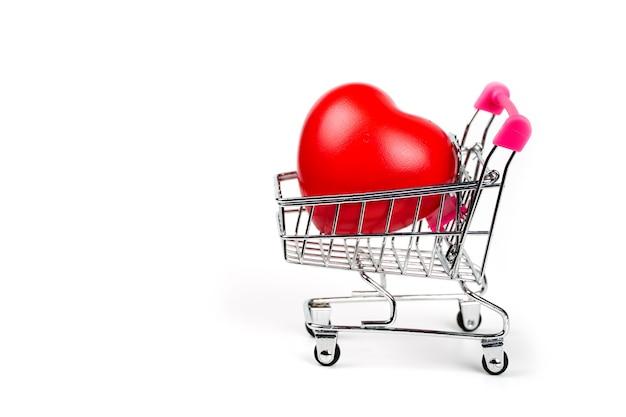 Rood hart in winkelwagen op witte achtergrond bloeddrukcontrole. zorgconcept