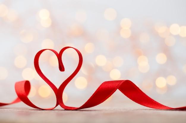 Rood hart met lint. valentijnsdag achtergrond.