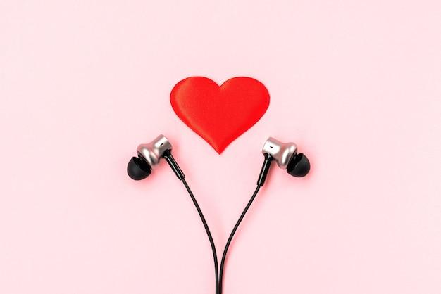 Rood hart met paar zwarte muziekoortelefoons