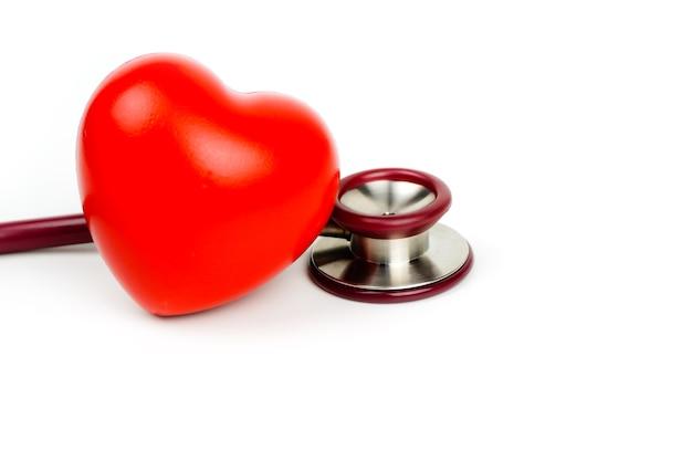 Rood hart met stethoscoop op witte achtergrond selectieve aandacht. zorgconcept