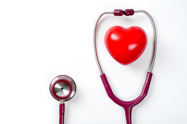 Rood hart met stethoscoop op witte achtergrond selectieve focusgezondheids- en medische concept