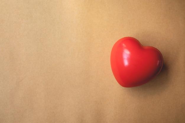 Rood hart op bruin papier