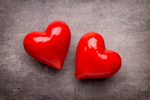 Rood hart op de grijze achtergrond.