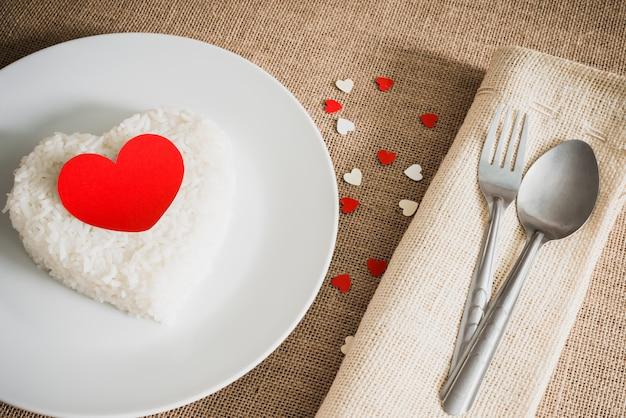 Rood hart op de vorm van het rijsthart op whiteplate