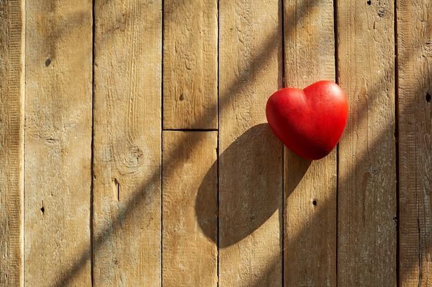 Rood hart op een houten