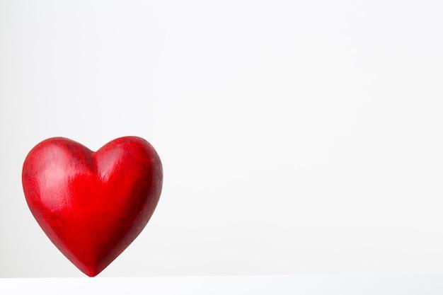 Rood hart op het grijze metalen oppervlak.