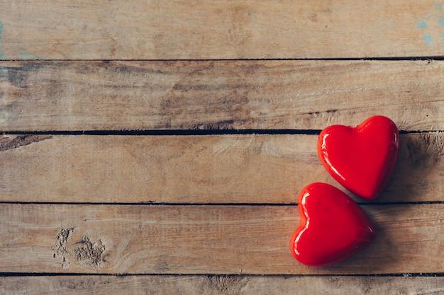Rood hart op houten lijstachtergrond met exemplaarruimte