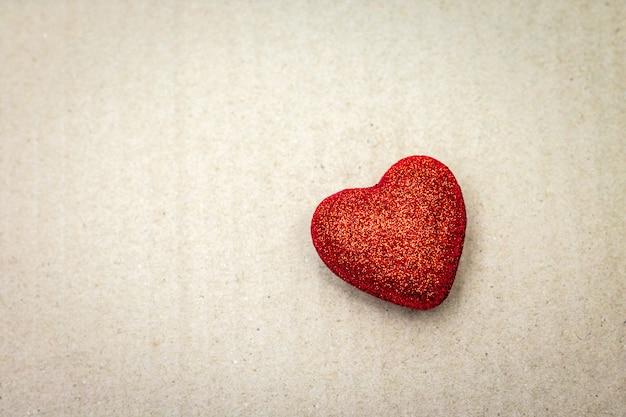 Rood hart op kartonnen achtergrond. valentijn behang.