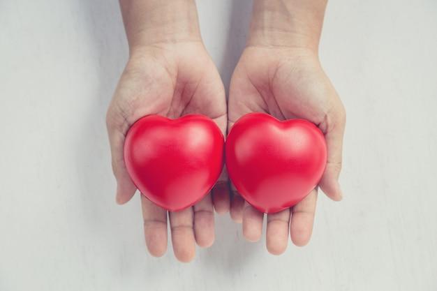 Rood hart op meisjeshand