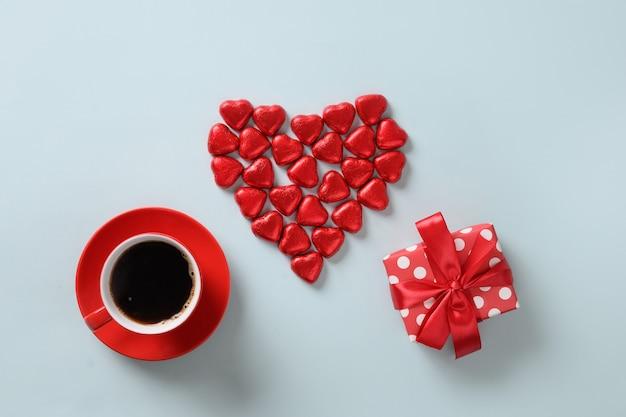 Rood hart snoep, cadeau en kopje koffie