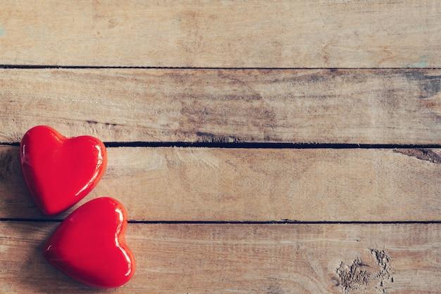 Rood hart twee op houten lijstachtergrond met exemplaarruimte