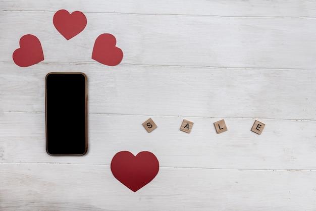 Rood hart voor valentijnsdag en smartphone