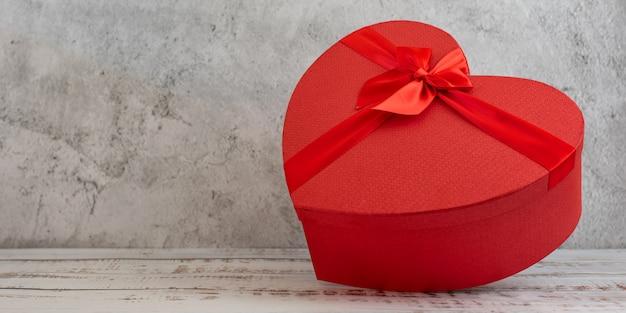 Rood hart vorm geschenkdoos op grijs