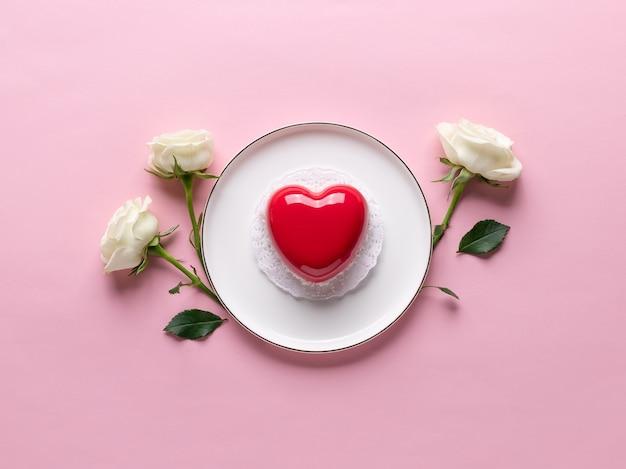 Rood hartcake op plaat en gevoelige rozen