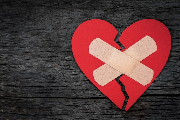 Rood hartdocument op houten achtergrond. hart gebroken, liefde concept.
