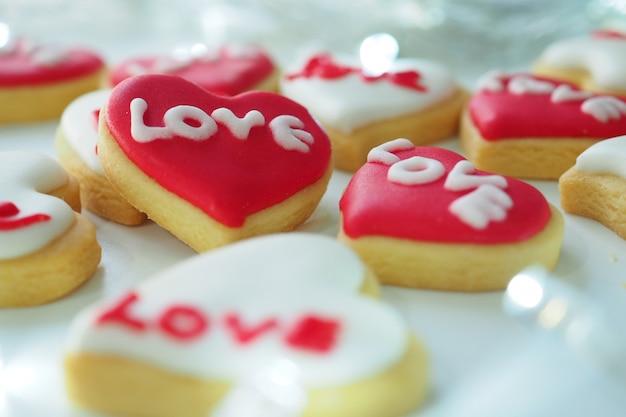 Rood hartkoekje in liefde op valentijnskaartdag.