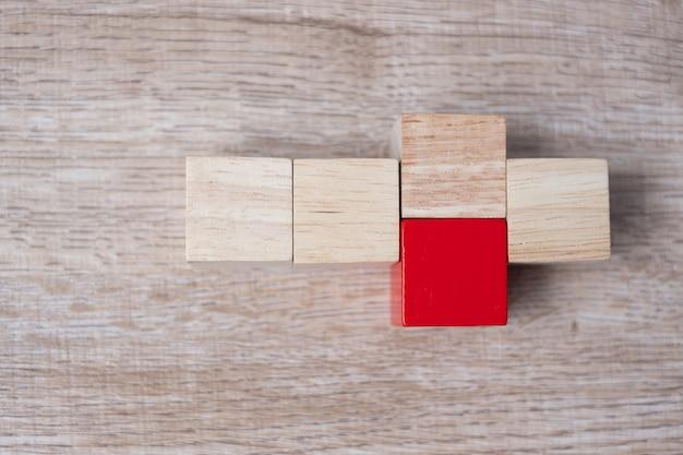 Rood houten blok op het gebouw. bedrijfsplanning, risicobeheer