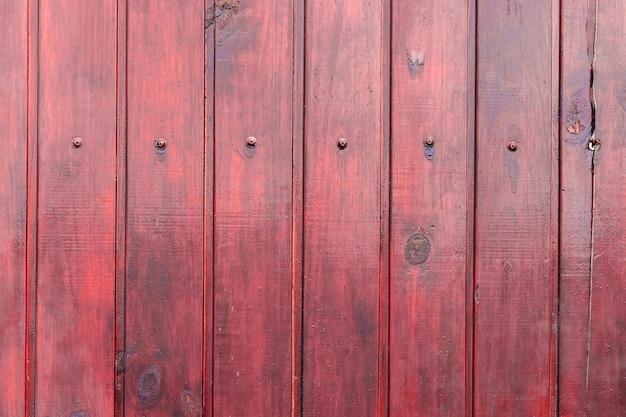 Rood houten gelakt hek met bouten