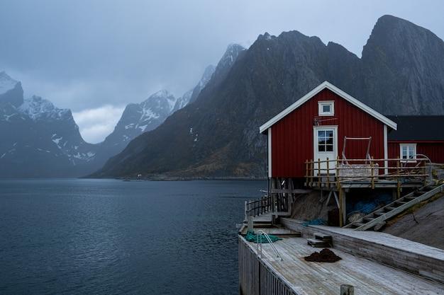 Rood huis aan zee op de lofoten-eilanden