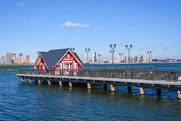 Rood huisje op de pier.