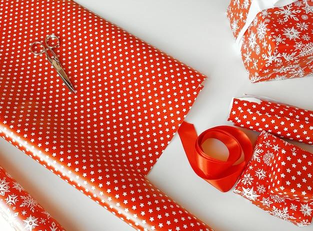 Rood inpakpapier voor cadeautjes in een op witte tafel