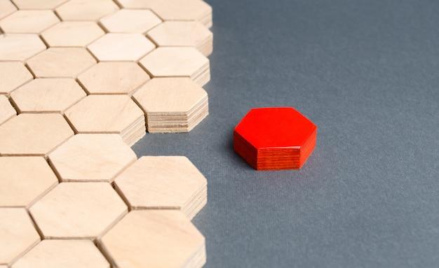 Rood item is losgekoppeld van andere items. hexagons. scheiden van delen van een hele verbindende delen
