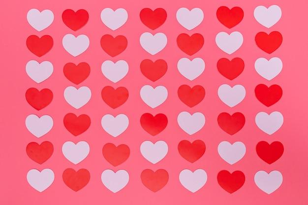 Rood klein hartenpatroon op roze