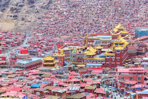 Rood klooster in larung gar (boeddhistische academie)