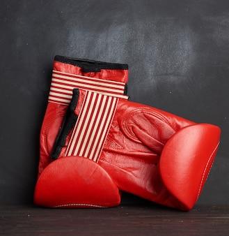 Rood leren vintage bokshandschoenen