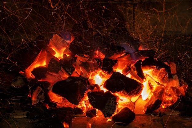 Rood licht van levende kolen