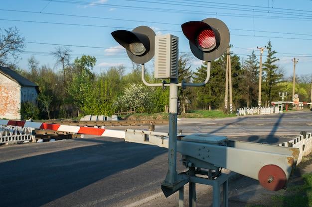 Rood lichtseinpaal op spoorwegovergang