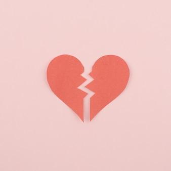 Rood liefdesverdriet / gebroken hart op roze achtergrond