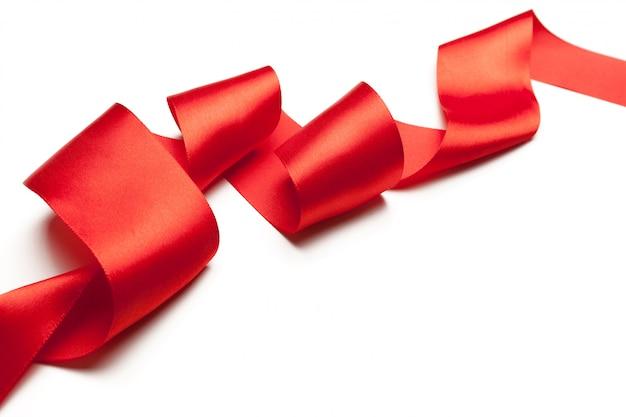 Rood lint dat op wit wordt geïsoleerd