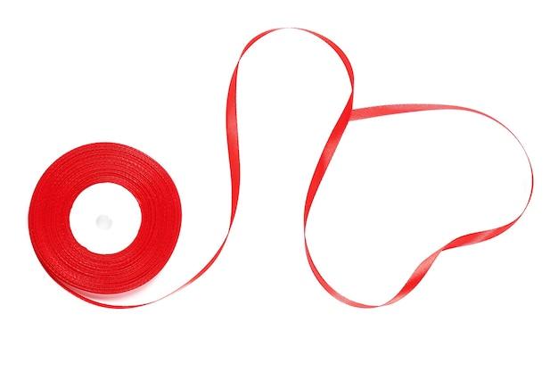 Rood lint in de vorm van een hart geïsoleerd op een witte ondergrond
