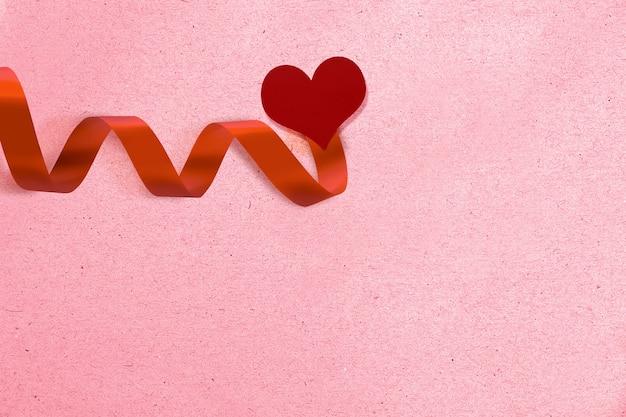 Rood lint met hart en een gekleurde achtergrond