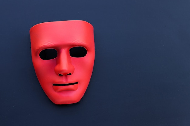 Rood masker op de donkere tafel.